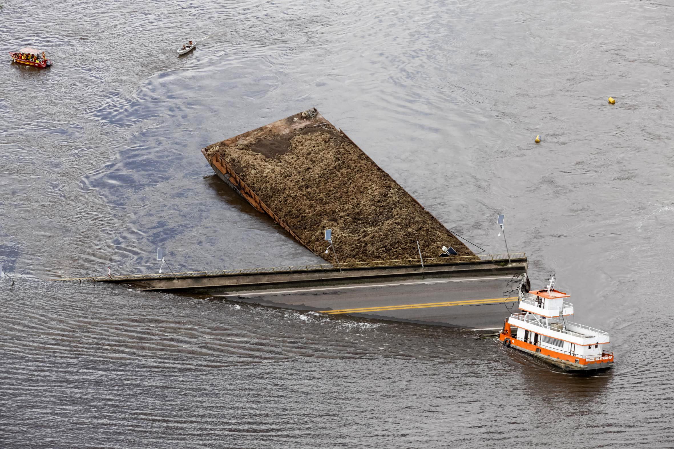 Τα συντρίμμια από τηξ γέφυρα έχουν πέσει μέσα στον ποταμό