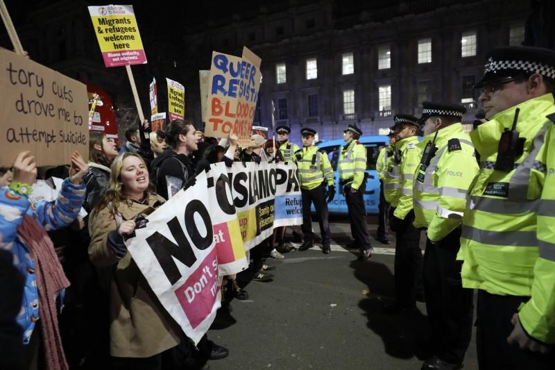 Βρετανία: Διαδήλωση στο Λονδίνο κατά του Τζόνσον -«Δεν είναι ο πρωθυπουργός μου» [εικόνες]