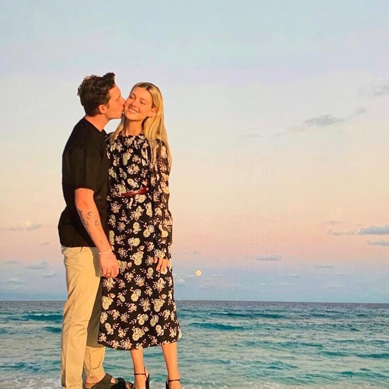 Η φωτογραφία που ανάρτησε η Βικτόρια Μπέκαμ με το ερωτευμένο ζευγάρι. Όπως μπορεί να διακρίνει κανείς, μοιάζουν σαν να πατούν επάνω στο νερό
