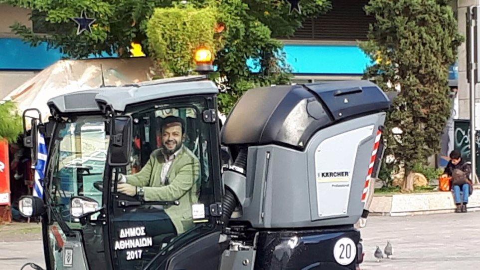 Ο Γιώργος Μπρούλιαςσε όχημα καθαριότητας του δήμου Αθηναίων