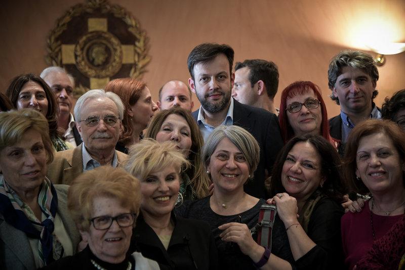 Ο νέος δήμαρχος Αθηναίων, Γιώργος Μπρούλιας μετά την εκλογή του με μέλη της παράταξης Καμίνη