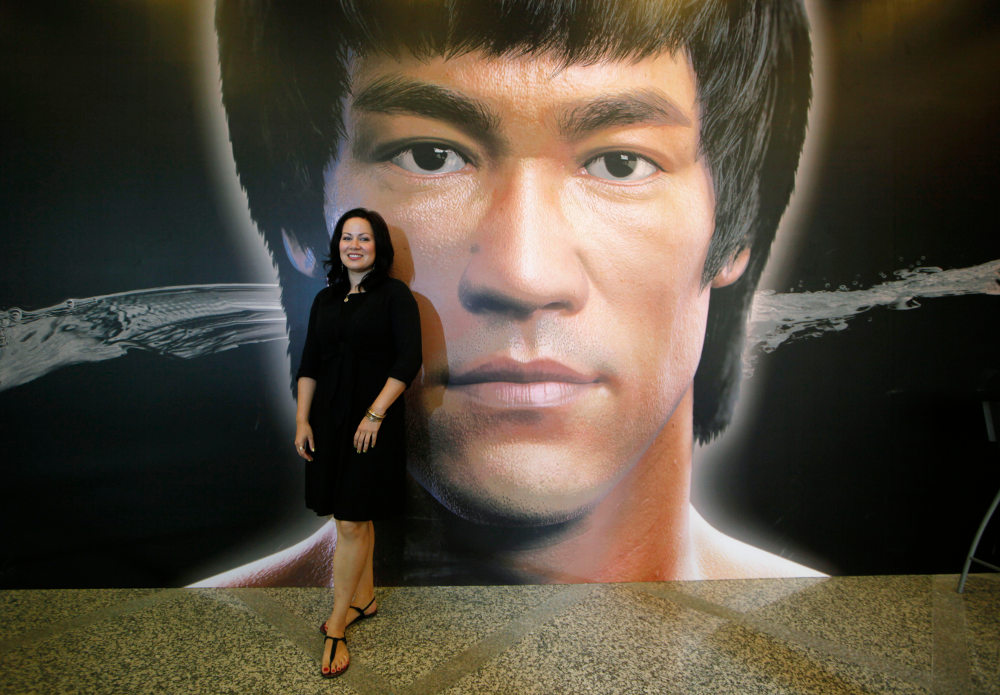 Η κόρη του Μπρους Λι, Σάνον, μπροστά σε γιγαντοαφίσα του πατέρα της / Φωτογραφία: AP Photos