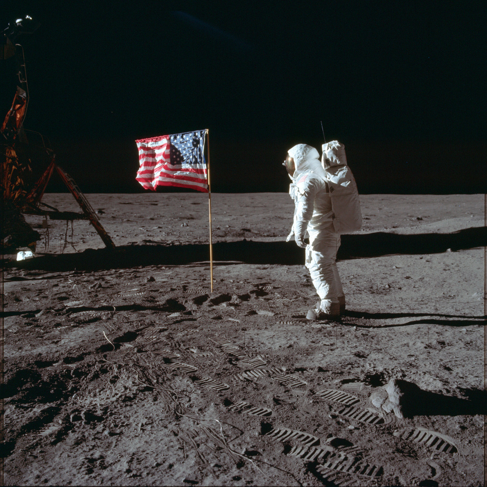 Ο Μπαζ Όλντριν τοποθετεί την Αμερικανική σημαία στην Σελήνη