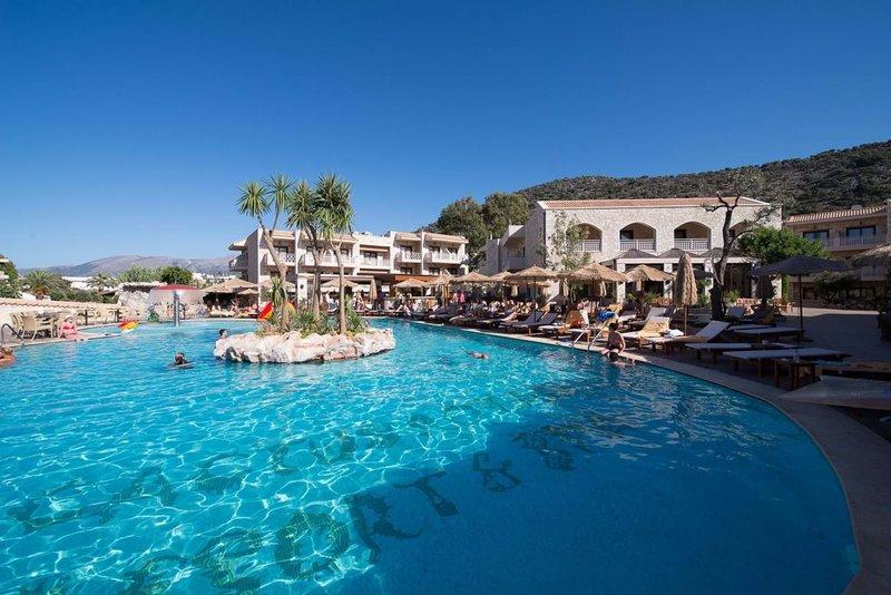 εξωτερική πισίνα του ξενοδοχείου Cactus Royal που θα γίνει η συνάντηση των swingers