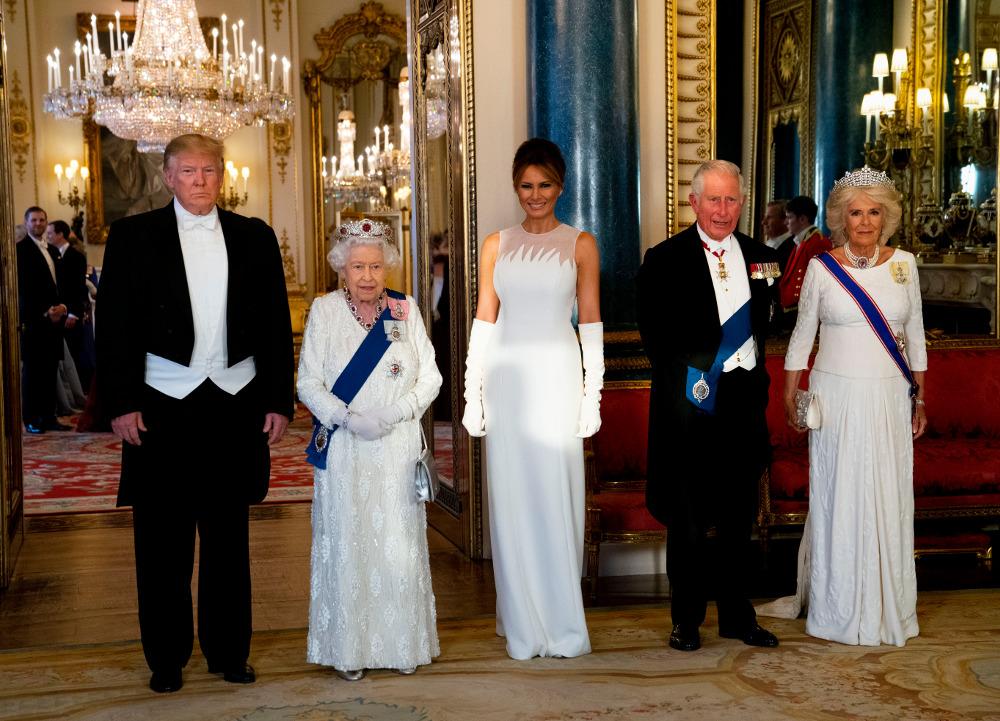 Βασίλισσα Ελισάβετ, Μελάνια Τραμπ και Καμίλα σε πλήρη χρωματική αρμονία. Όλες με λευκό φόρεμα