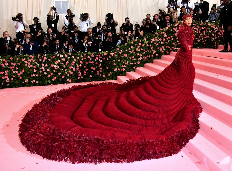 Η Cardi B με κατακόκκινη τουαλέυα