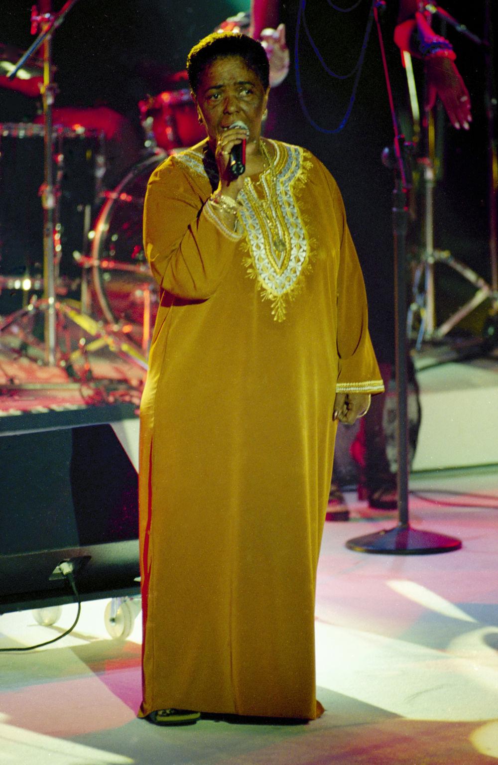 Η Σεζάρια Εβόρα σε μια από τις δωρικές της εμφανίσεις επί σκηνής