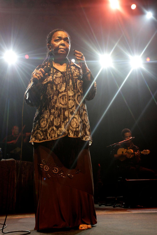 Η Σεζάρια Εβόρα ξυπόλητη ερμηνεύει τα τραγούδια της επί σκηνής