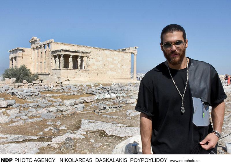 Ο τούρκος ηθοποιός του Φτερωτού Θεού Τζαν Γιαμάν  στο Ερέχθειο