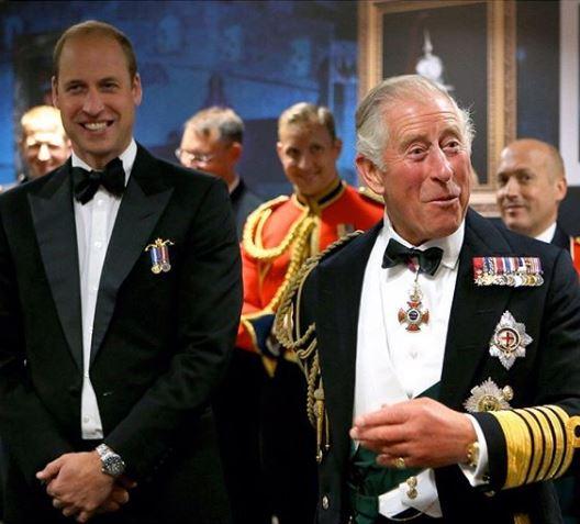 Ο πρίγκιπας Κάρολος με τον μεγαλύτερο γιο του, πρίγκιπα Γουίλιαμ σε επίσημο δείπνο