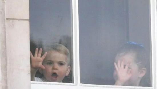 πρίγκιπας Λούις και πριγκίπισσα Σάρλοτ στο παράθυρο του Μπάκιγχαμ 2019