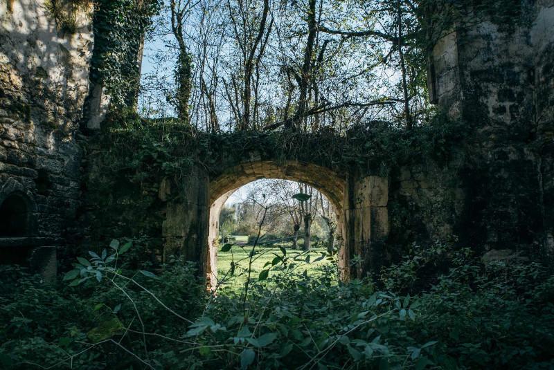 Η είσοδος του εγκαταλελειμμένου κάστρου - Έχει αφεθεί στην φύση