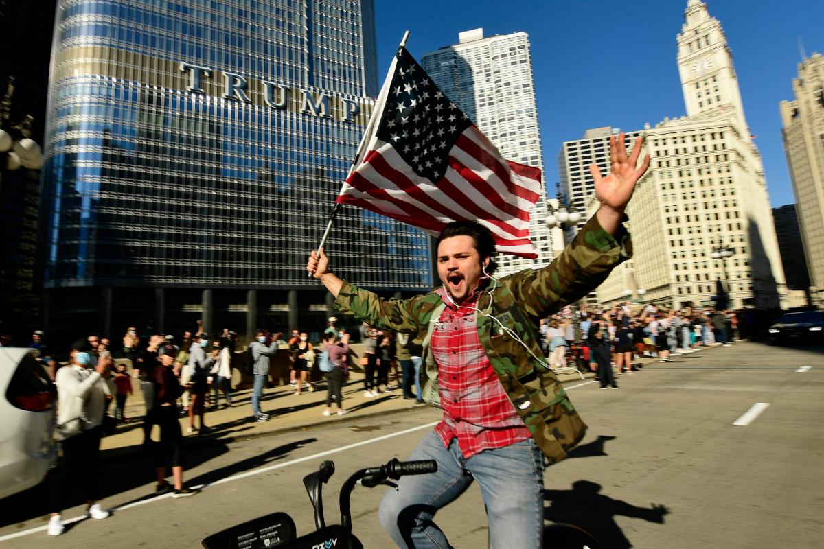 Πανηγυρισμοί οπαδών του Μπάιντεν έξω από το κτίριο του Τραμπ