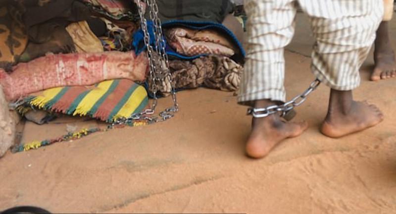 Στιγμιότυπο με αλυσοδεμένο μαθητή ισλαμικού σχολείου στο Σουδάν, από το ντοκιμαντέρ του BBC
