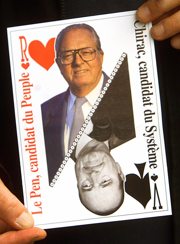 Πλακάτ ακροδεξιών υποστηρικτών του Ζαν Μαρί Λε Πεν που χαρακτηρίζει τον Ζακ Σιράκ «εκπρόσωπο του συστήματος»