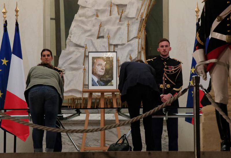 Οι Γάλλοι αποχαιρετούν τον πρώην ηγέτη τους, Ζακ Σιράκ