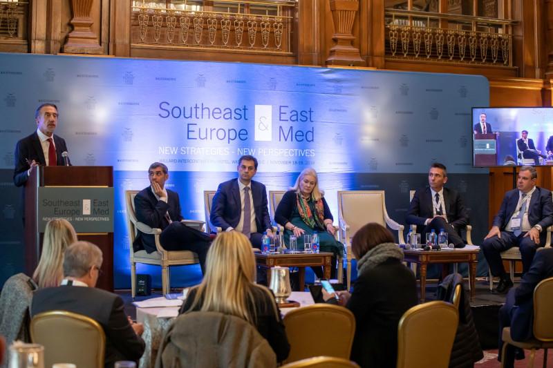 Από αριστερά:Κρίστιαν Χατζημηνάς,  Προέδρος EFA GROUP,Αντιπρόεδρος Ε.ΕΝ.Ε, Χάρης Θεοχάρης, Υπουργός Τουρισμού,  Deborah Wince-Smith, Πρόεδρος και Διευθύνων Σύμβουλος του Συμβουλίου Ανταγωνιστικότητας των ΗΠΑ,Χρήστος Χαρπαντίδης, Πρόεδρος και Διευθύνων Σύμβουλος της Παπαστράτος, Νίκος Βέττας. Γενικός Διευθυντής, Ίδρυμα Οικονομικών και Βιομηχανικών Ερευνών (ΙΟΒΕ).