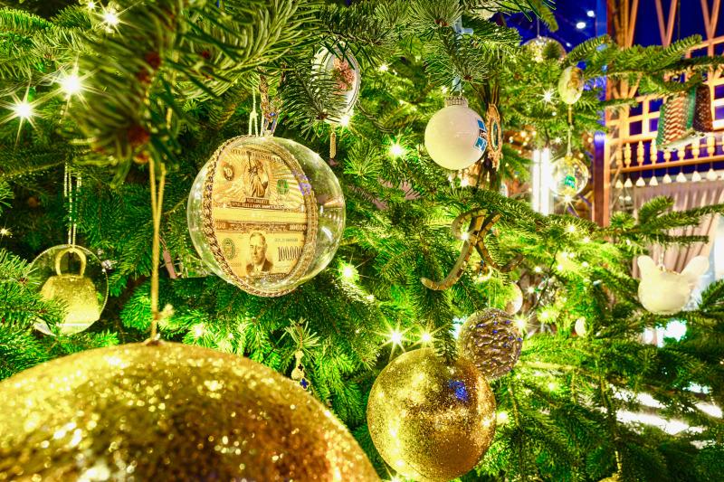Λεπτομέρεια των στολιδιών - διακοσμημένα με πολύτιμους λίθους- στο χριστουγεννιάτικο δέντρο του Kempinski Hotel Bahia