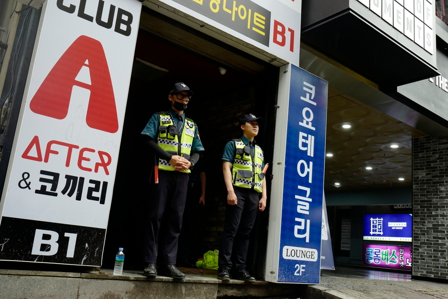 Αστυνομικοί έξω από το μπαρ στη Νότια Κορέα όπου κατέρρευσε η οροφή