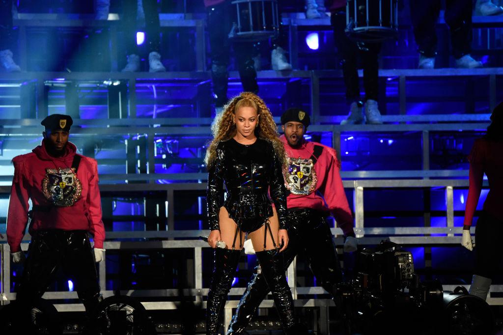 Η Beyonce με μαύρο κορμάκι στη σκηνή του Coachella