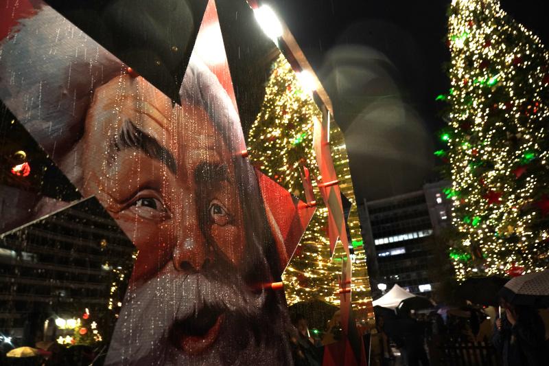 Το Χριστουγεννιάτικο Δέντρο και η πλαϊνή όψη του περιπτέρου της Coca-Cola στην Πλατεία Συντάγματος