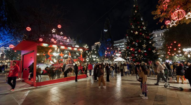 Η Πλατεία Συντάγματος με το Χριστουγεννιάτικο Δέντρο και το περίπτερο της Coca-Cola