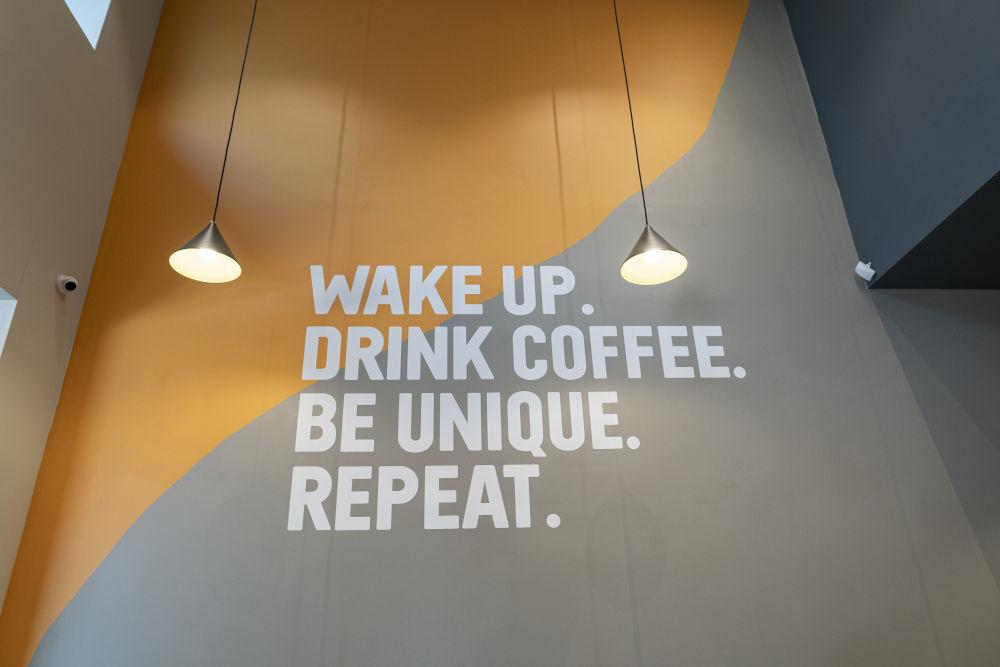 Νέα χρώματα και λογότυπα για τον καφέ στους τοίχους των ανανεωμένων καταστημάτων Coffee Island