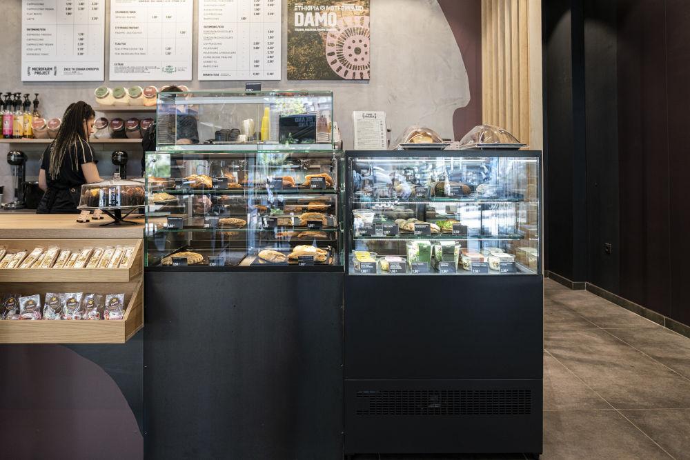 Μια εικόνα από τα καταστήματα της Coffee Island μετά την ανακαίνιση, αλλά και την εισαγωγή των προϊόντων φαγητού