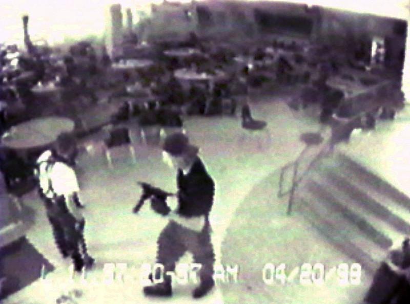 Κάμερα δείχνει ένοπλο στο Κολουμπάιν