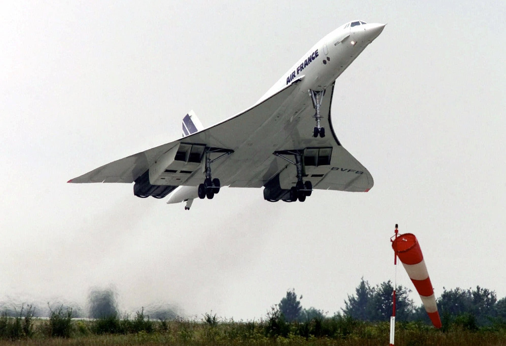 Το υπερηχητικό Κονκόρντ απογειώνεται από τον αεροδιάδρομο