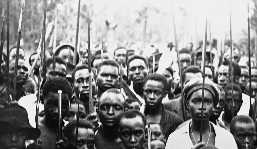 Μέλη της φυλής Μπαχούτου με κρατώντας δόρατα συμμετέχουν στις εχθροπραξίες των αρχών του '60 στο βελγικό ακόμη τότε, Κονγκό