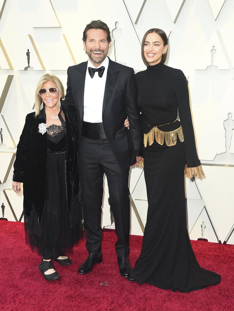 Ο Μπράντλεϊ Κούπερ  με τη μητέρα του και την Ιρίνα Σάικ