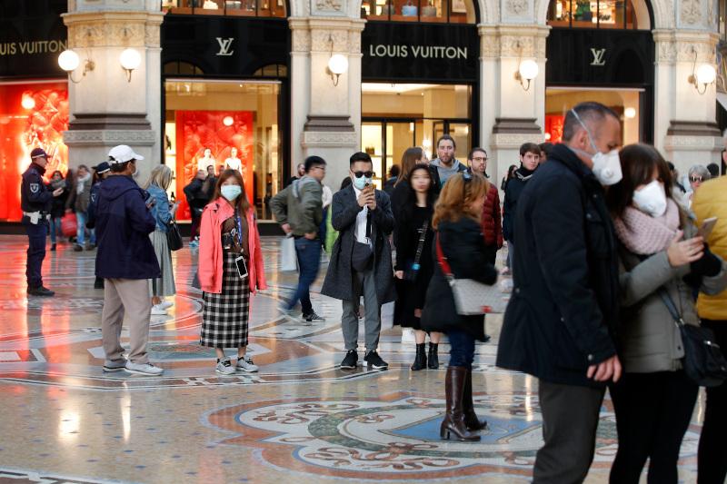 Τουρίστες με μάσκες σε καταστήματα Ιταλία