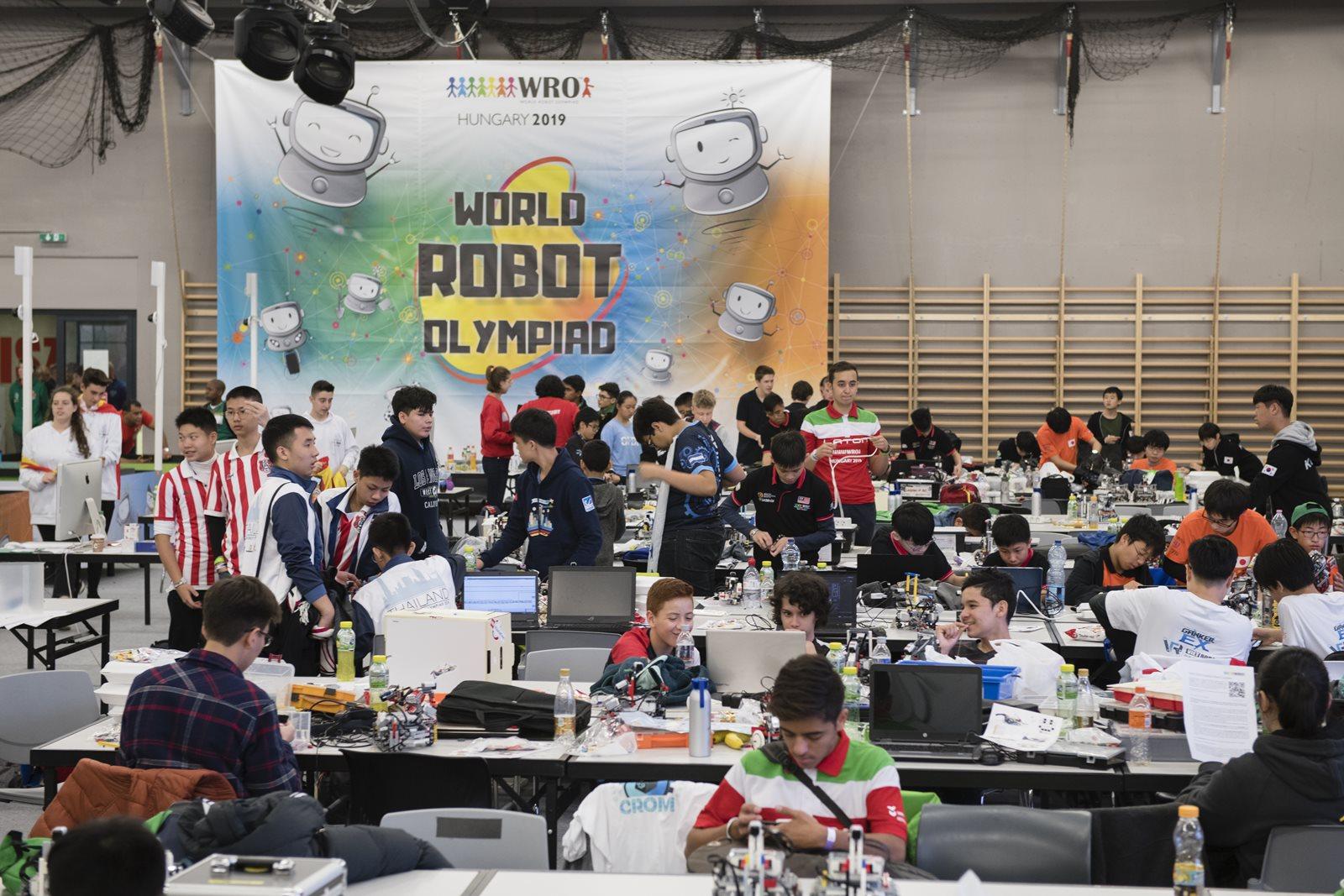 Η ομάδα Jobi Team με τους Βασίλη Ντάτη και Γιάννη Τριανταφύλλη, επί τω έργω στον παγκόσμιο τελικό της Ολυμπιάδας Εκπαιδευτικής Ρομποτικής 2019 που έλαβε χάλκινο μετάλλιο στην κατηγορία Regular Δημοτικού.