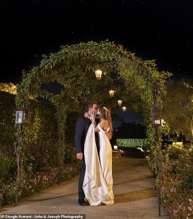 Η νύφη με το εντυπωσιακό σατέν νυφικό που φόρεσε στην δεξίωση