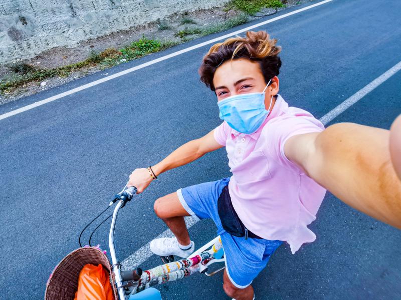 ποδηλάτης με μάσκα