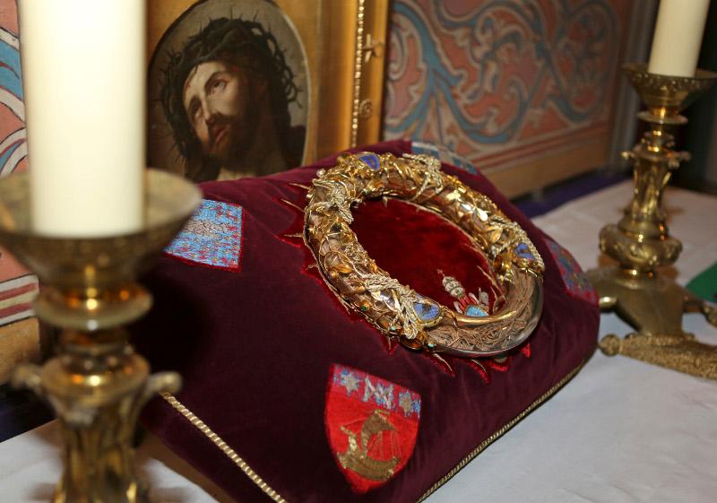 Το ακάνθινο στεφάνι, που αγόρασε τον 13ο μ.Χ. αι. ο Γάλλος βασιλιάς Λουδοβίκος Θ΄από τη Βυζαντινή Αυτοκρατορία.