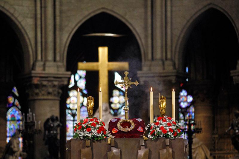 To ακάνθινο στεφάνι της Παναγίας των Παρισίων, που έσωσε ο πατήρ Φουρνιέ.