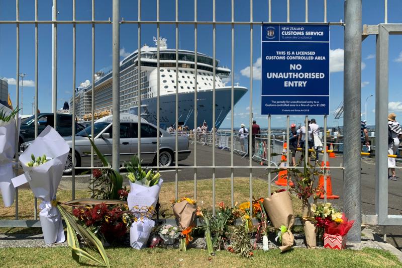 Συγγενείς θυμάτων άφησαν λουλούδια στην προβλήτα όπου έχει αγκυροβολήσει το κρουαζιερόπλοιο Ovation of the Seas. Eπιβάτες του είναι πολλά από τα θύματα της έκρηξης του ηφαιστείου.