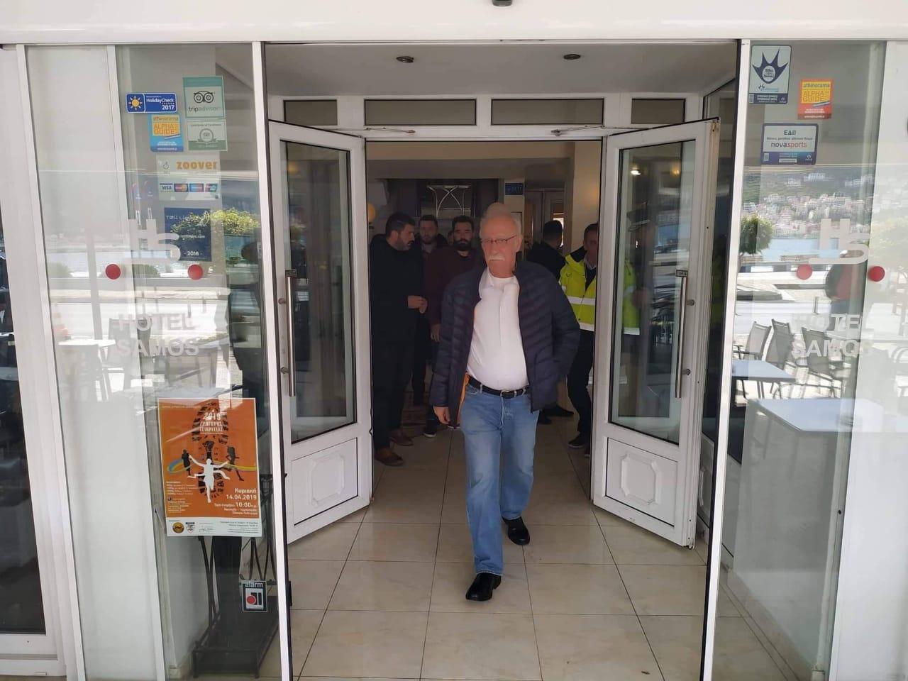 Ο Δημήτρης Βίτσας βγαίνει από το ξενοδοχείο
