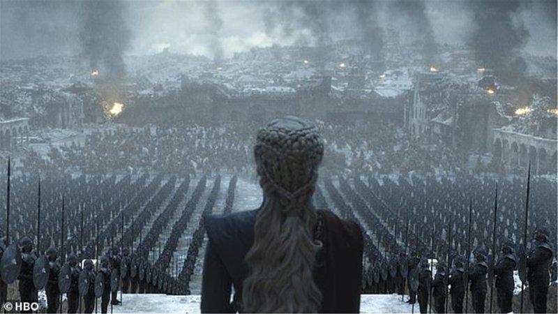 Η Ντενέρις κοιτά τον στρατό της