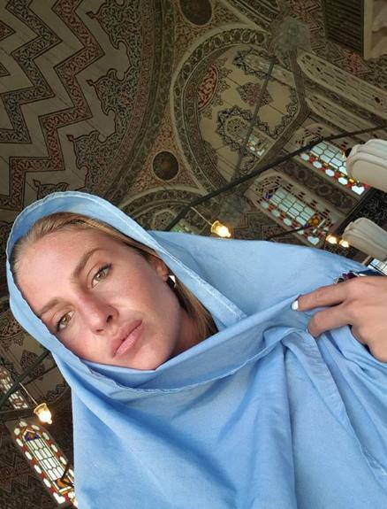 Η Κατερίνα Δαλάκα με μαντίλα