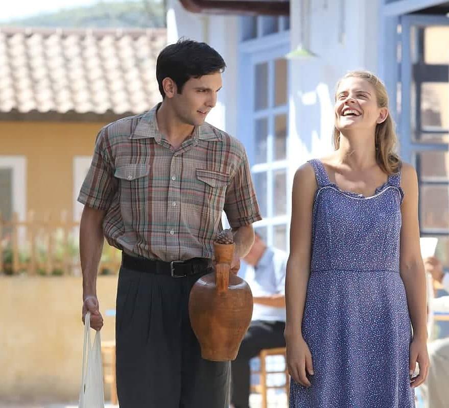 Ο Ιωάννης Αθανασόπουλος και η Δανάη Μιχαλάκη σε σκηνή της σειράς «Άγριες Μέλισσες»