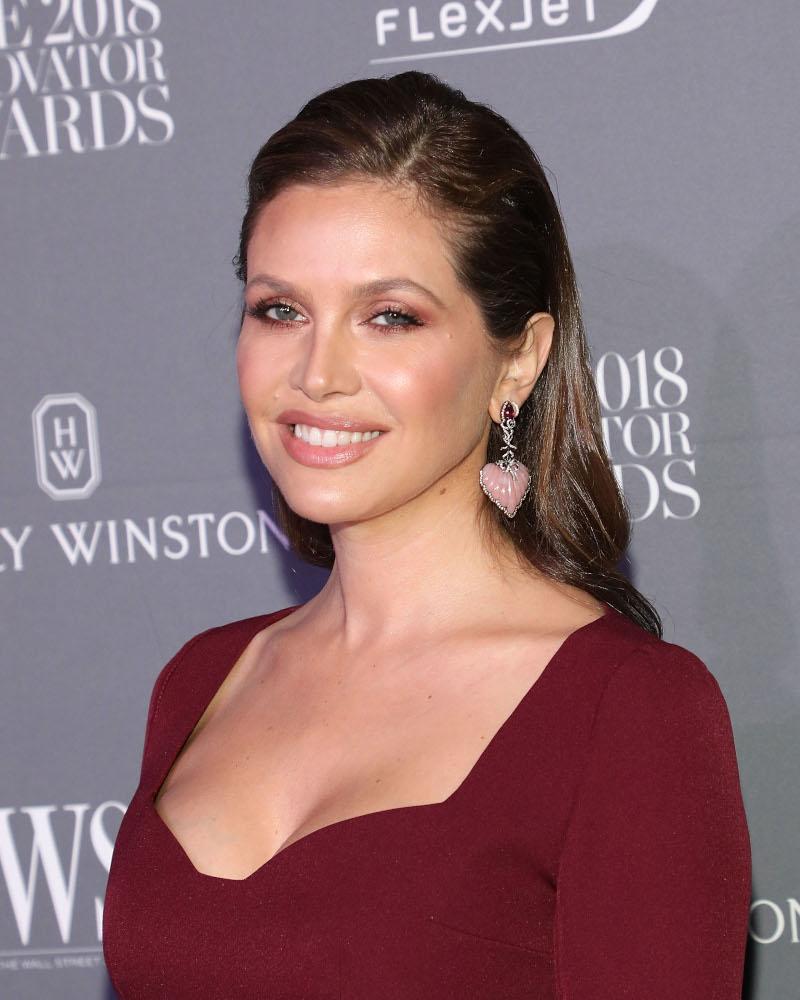 Η Ντάσα Ζούκοβα με μπορντό φόρεμα