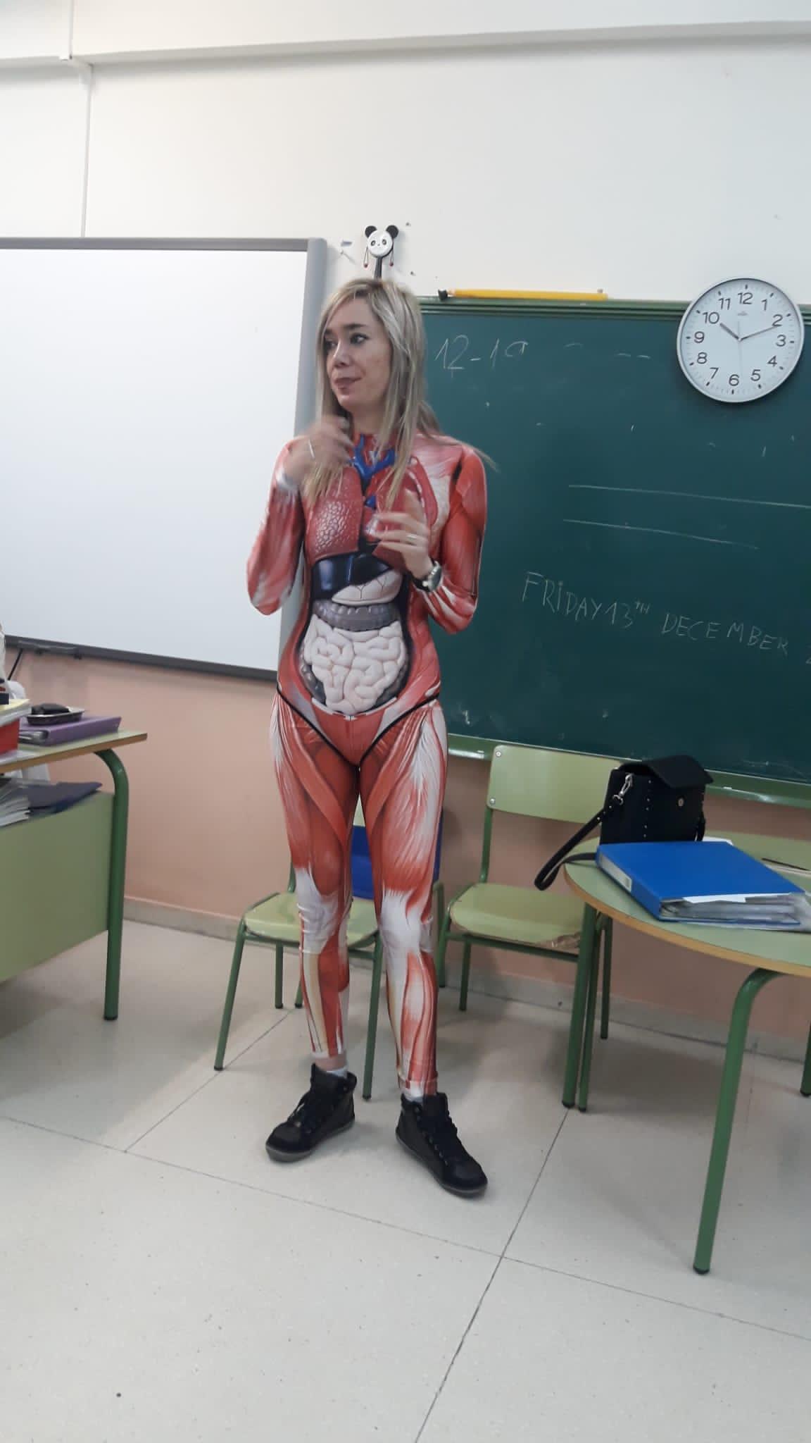 Δασκάλα διδάσκει στη τάξη με φόρμα ανατομίας του σώματος