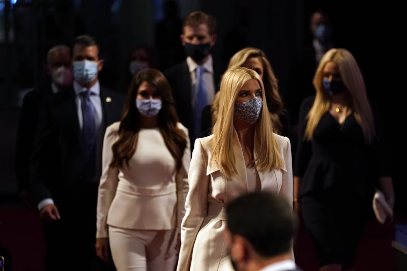 debate η οικογένεια Τραμπ με μάσκα