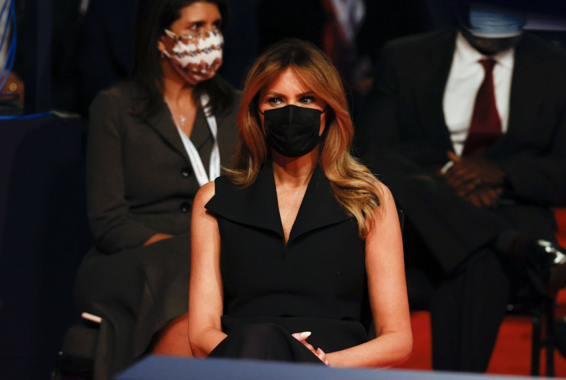 debate η οικογένεια Τραμπ με μάσκα Μελάνια Τραμπ