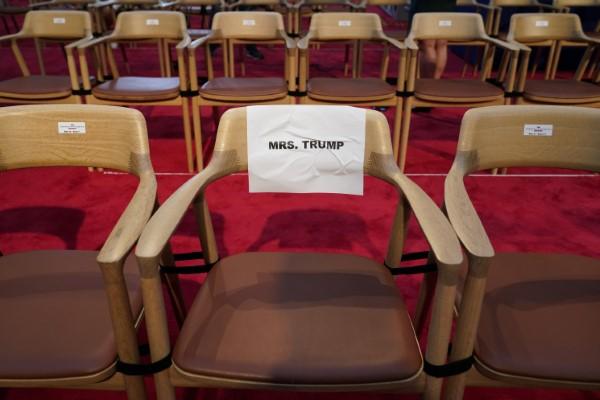 Η καρέκλα του Τραμπ στο πλατό της τηλεμαχίας