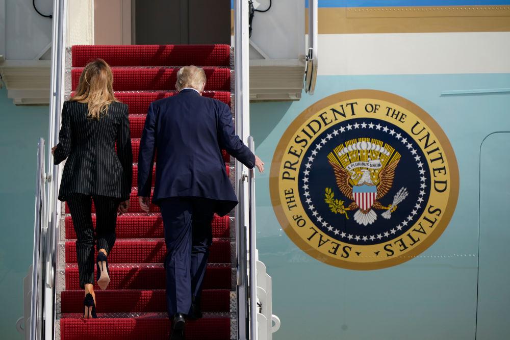 Ο Ντόναλντ Τραμπ με την Πρώτη Κυρία επιβιβάζονται στο προεδρικό αεροσκάφος με προορισμό το Κλίβελαντ για το πρώτο debate με τον Τζο Μπάιντεν