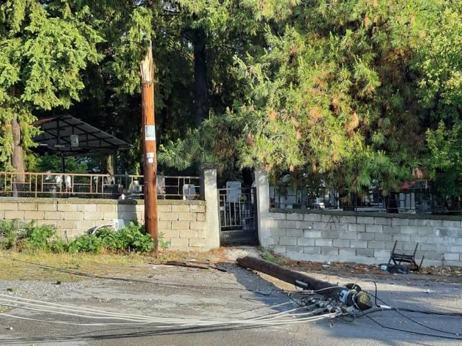 Κολόνα της ΔΕΗ κατέρρευσε στην Πατρίδα Ημαθίας προκαλώντας προβλήματα και στην ηλεκτροδότηση από την κακοκαιρία